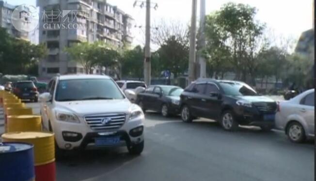穿山东路:小区门口汽车乱停放 交通拥堵出行不便