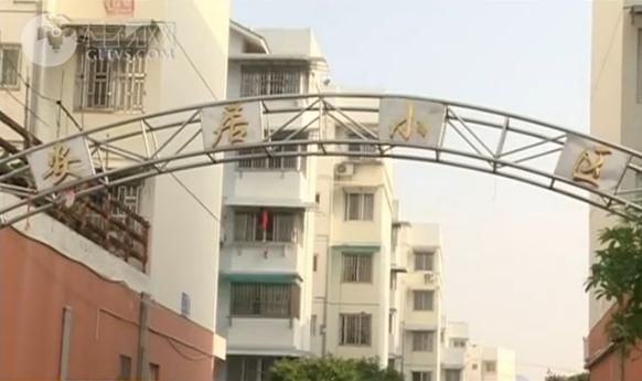 【创城再出发・曝光台】中隐路安居小区楼顶卫生需解决