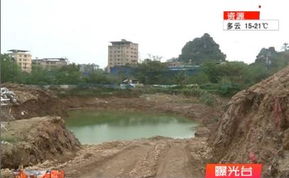 【曝光台】小区外挖沙不止 居民担心影响楼房安全