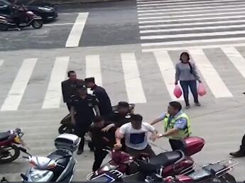 摩托被扣男子怒砸自己车,民警:也违法
