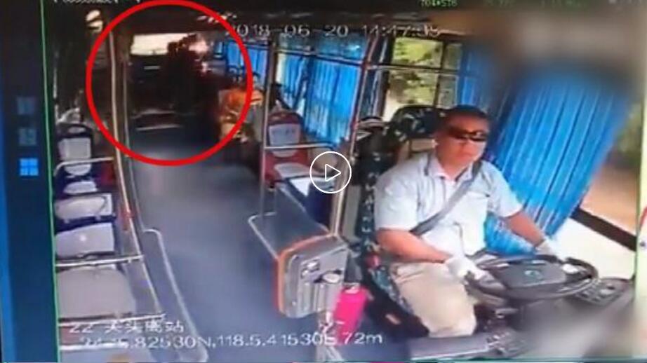 乘客充电宝爆燃,公交司机淡定一脚踢开