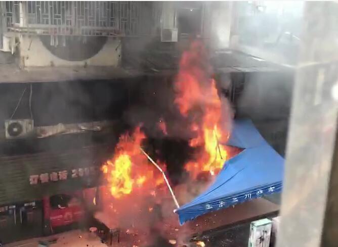 突发|太平路某店面发生火灾 现场浓烟滚滚