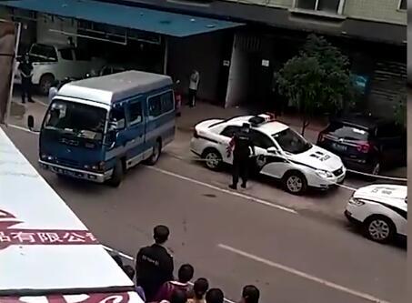 男子持刀闯入前妻家,杀3人伤2人