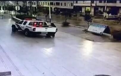 不满车被扣,女司机酒后交警队打砸警车