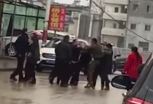 车辆违停不服劝,她喊十余名亲友打民警
