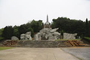 1934年11月25日至12月3日,在湘江两岸,红军与数倍于己的国民党军展开激战,予敌重大杀伤,自身也损失严重。经过数个昼夜的浴血奋战,中央红军主力终于渡过湘江。