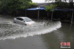 广西柳州遭暴雨侵袭 全城多路段内涝