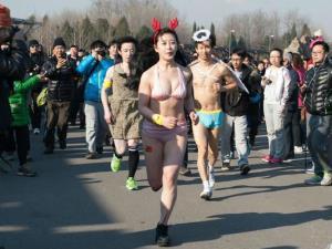 """北京""""光猪跑""""造型吸睛 女选手豪放出镜"""